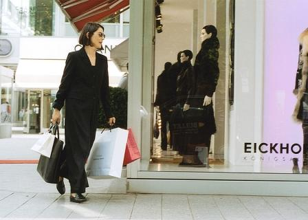 Lady shopping in Dusseldorf